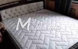 кровать с белой кожаной спинкой